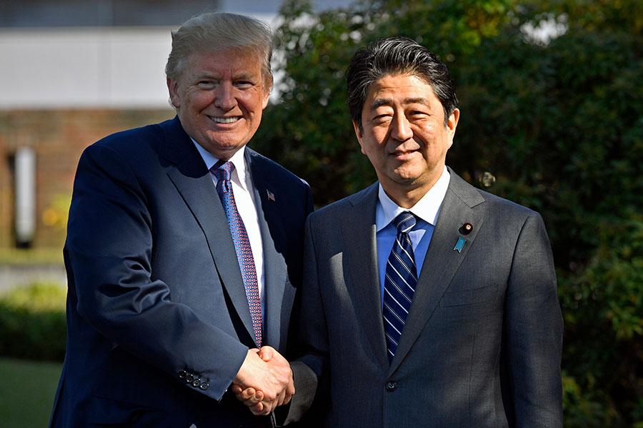 11月5日,美國總統特朗普抵達日本,與日本首相安倍晉三會晤。(FRANCK ROBICHON/AFP/Getty Images)
