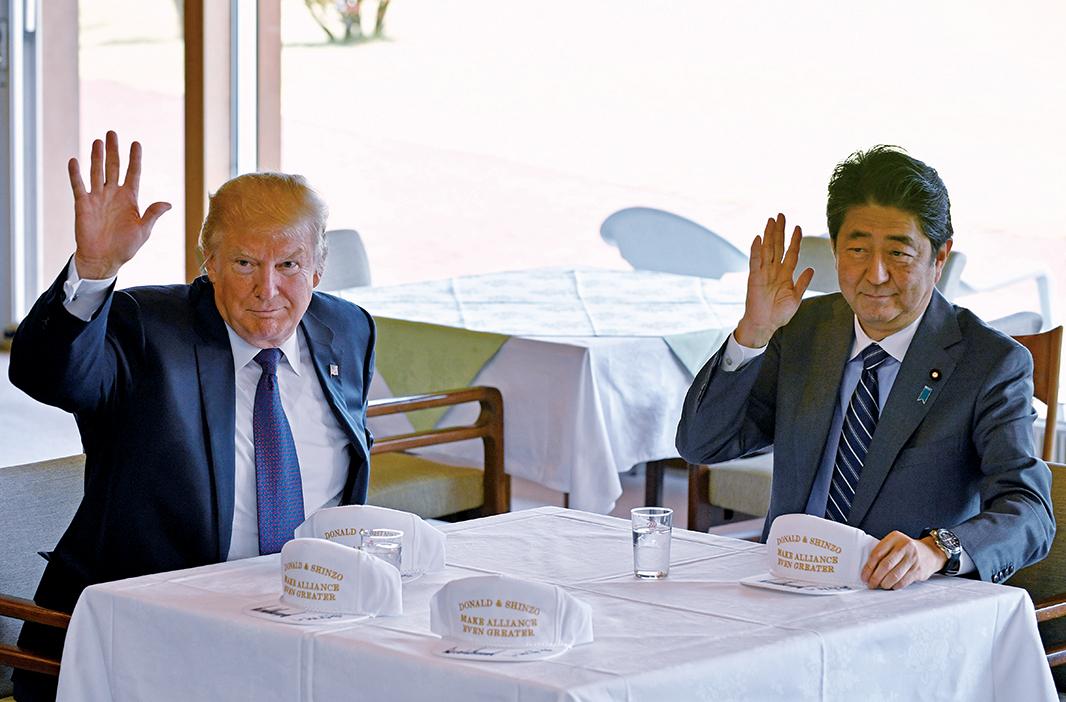 11月5日,美國總統特朗普抵達日本,與日本首相安倍晉三在日本川越市一處高爾夫球場向在場媒體工作人員揮手。(AFP)