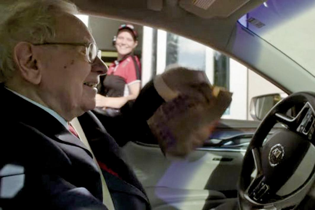 股神巴菲特開車拿了自己點的外賣。(影片截圖)
