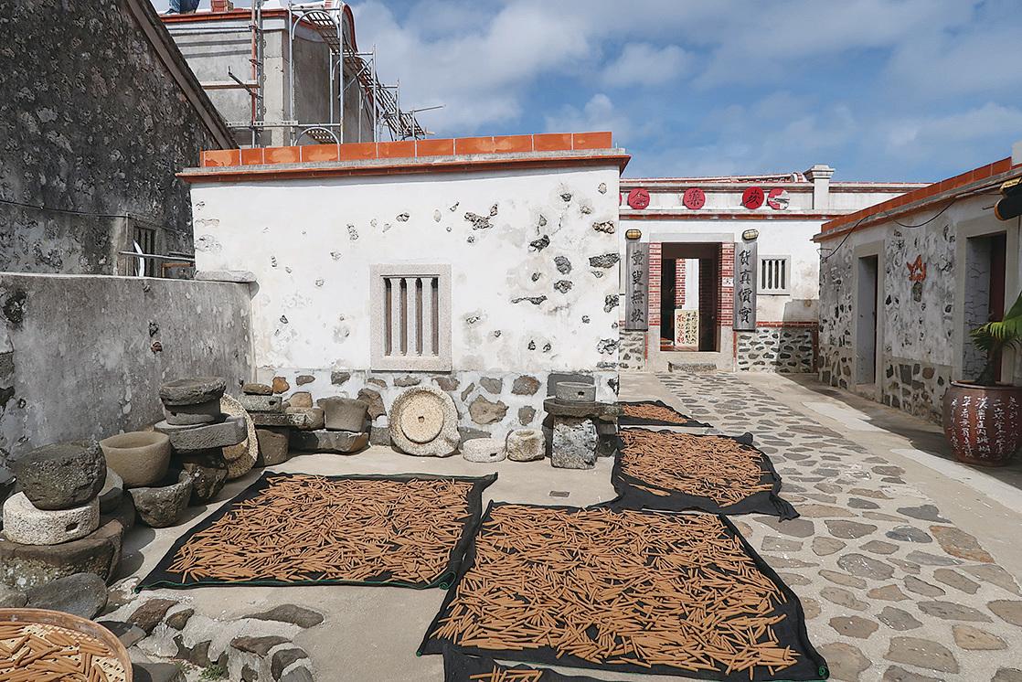 二崁居民利用天人菊等澎湖產的香草製成薰香。(徐曼沅/大紀元)
