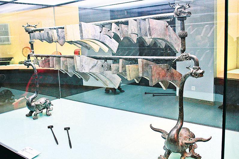 曾侯乙編磬。編磬是源於中國的一種打擊樂器,起源於魯,由石或玉做成「磬」,十六面「磬」編為一組。除可演奏出具有十二正律的音色外,另有四個半音。( CC BY-SA 3.0)