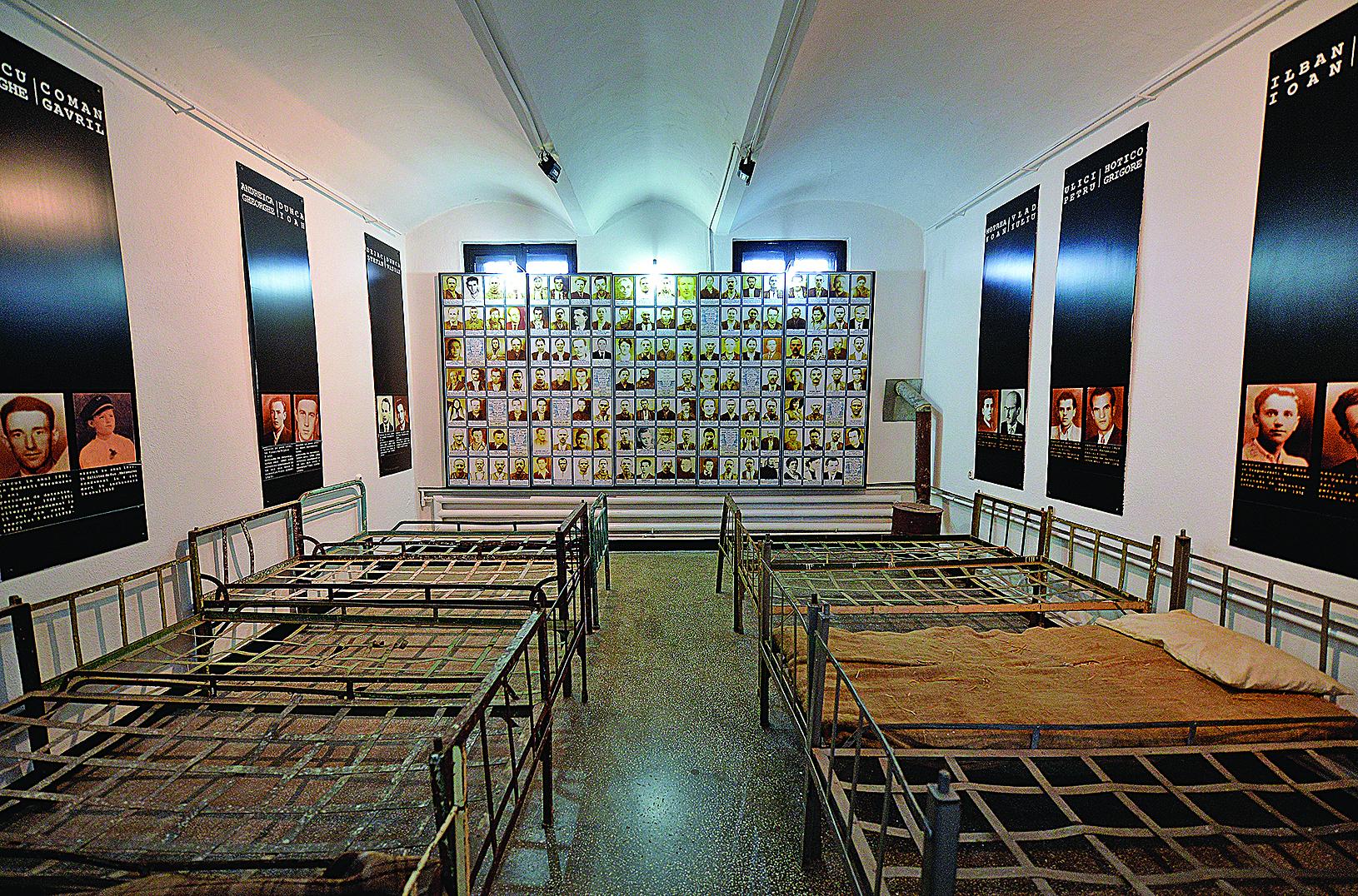 羅馬尼亞錫蓋特博物館由錫蓋特監獄改建,展示和揭露共產極權統治的罪惡。自1993年成立,該館已接待了一百多萬參觀者。圖為館內的一間展室(原監獄牢房)。(DANIEL MIHAILESCU/AFP/Getty Images)