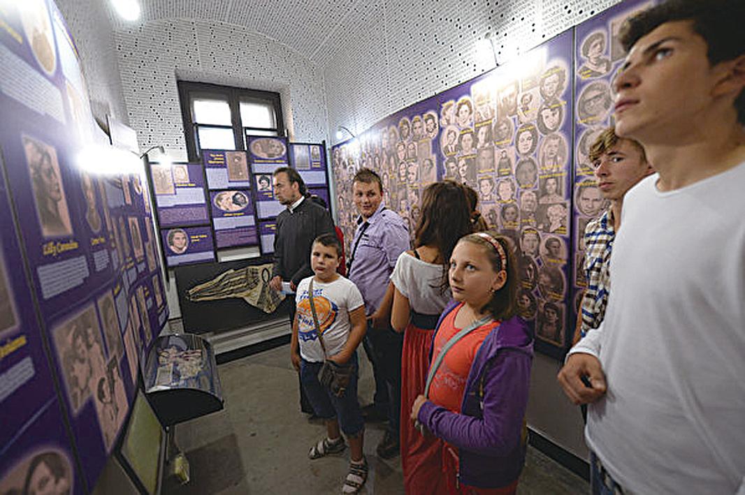 2013年7月13日,一位神父在錫蓋特博物館內向參觀的學生們講解。(DANIEL MIHAILESCU/AFP/Getty Images)