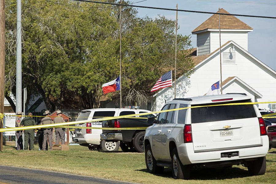 當地時間周日上午11時30分,一名槍手向美國德州一家教堂裏的人群開槍屠殺,造成至少26人死亡。(Erich Schlegel/Getty Images)