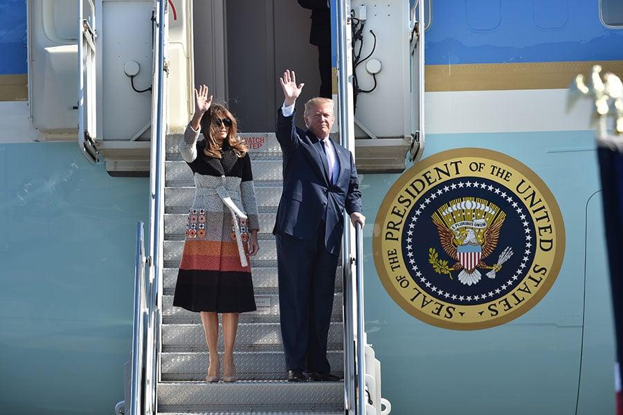 2017年11月5日,美國總統特朗普伉儷搭乘空軍一號專機,抵達東京橫田空軍基地。(KAZUHIRO NOGI/AFP/Getty Images)