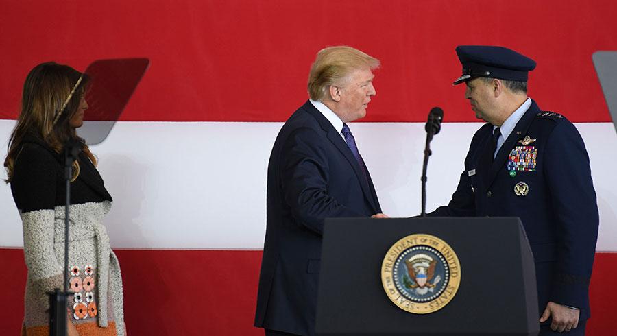 2017年11月5日,特朗普和駐日美軍司令馬丁尼茲(Jerry P. Martinez,右)握手致意。(TOSHIFUMI KITAMURA/AFP/Getty Images)