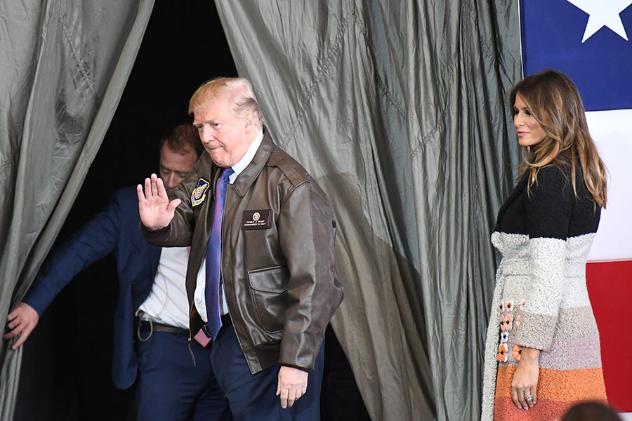 2017年11月5日,東京橫田空軍基地,特朗普演說結束後,和基地軍官揮手致意。(TOSHIFUMI KITAMURA/AFP/Getty Images)