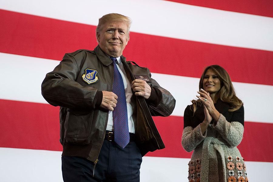 2017年11月5日,東京橫田空軍基地,特朗普穿上飛行夾克準備發表演說,梅拉尼婭在一旁鼓掌。(JIM WATSON/AFP/Getty Images)