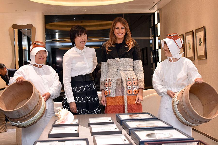 2017年11月5日,東京,珍珠精品店內身著傳統工作服裝的兩位海女,向梅拉尼婭說明珍珠養殖過程。 (KATSUMI KASAHARA/AFP/Getty Images)