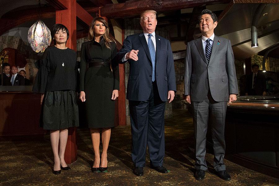 2017年11月5日,東京,特朗普總統伉儷及日本首相安倍伉儷在東京的鐵板燒餐廳「銀座Ukai-Tei」共進晚餐。(KIM KYUNG-HOON/AFP/Getty Images)