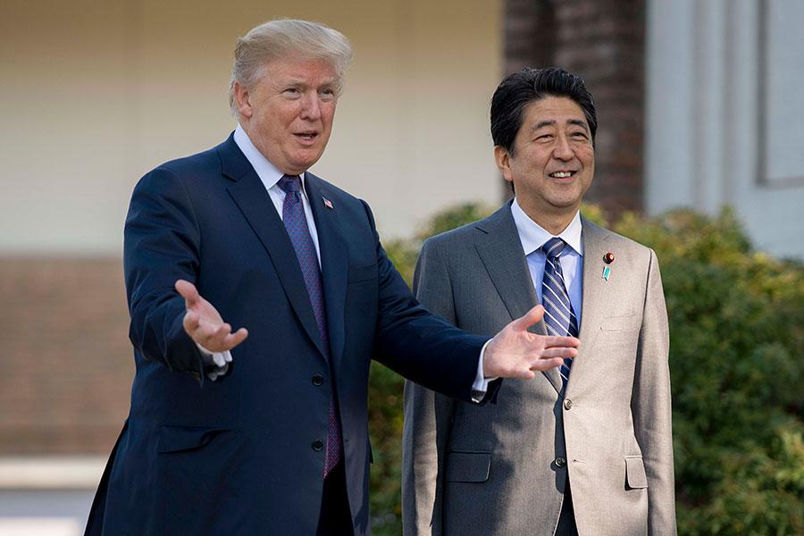 美國總統特朗普(左)昨日(5日)抵達日本,會見日本首相安倍晉三(右)。(AFP)