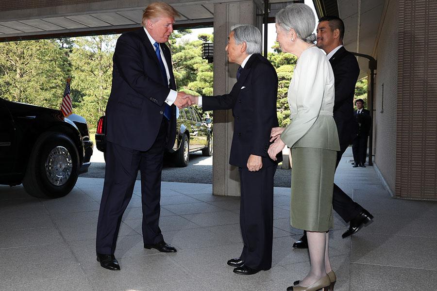 2017年11月6日,美國總統特朗普與日皇明仁首次會面並握手。(Eugene Hoshiko/POOL/AFP)