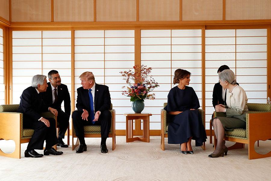 在翻譯人員的幫助下,特朗普夫婦分別與明仁天皇夫婦進行會談。(ISSEI KATO/POOL/AFP)