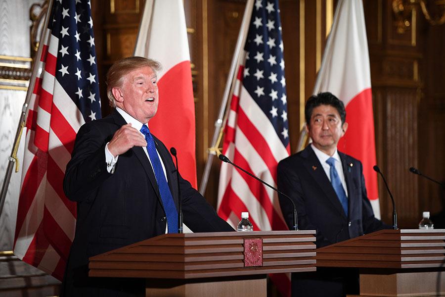美國總統特朗普和日本首相安倍晉三在11月6日舉行兩國首腦會談後,聯合召開了日美首腦記者會。(JIM WATSON/AFP)