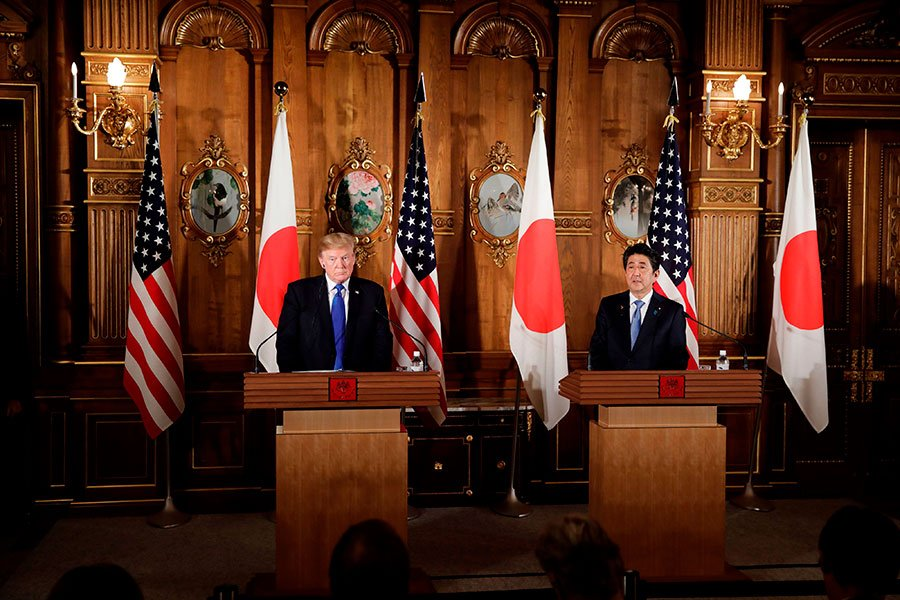 11月6日下午,美國總統特朗普與日本首相安倍晉三召開聯合記者會。(KIYOSHI OTA/AFP/Getty Images)