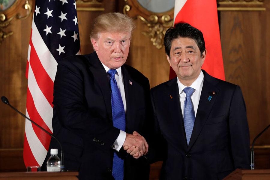 周一(11月6日),特朗普和安倍在日美聯合記者會上握手。(KIYOSHI OTA/AFP/Getty Images)