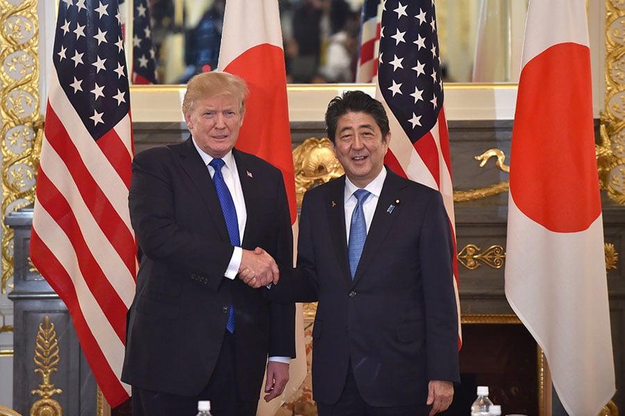 4月17日到18日,日本首相安倍晉三(右)訪問美國時,北韓問題就是他與特朗普(左)商討的一大重要議題。(KAZUHIRO NOGI/AFP/Getty Images)