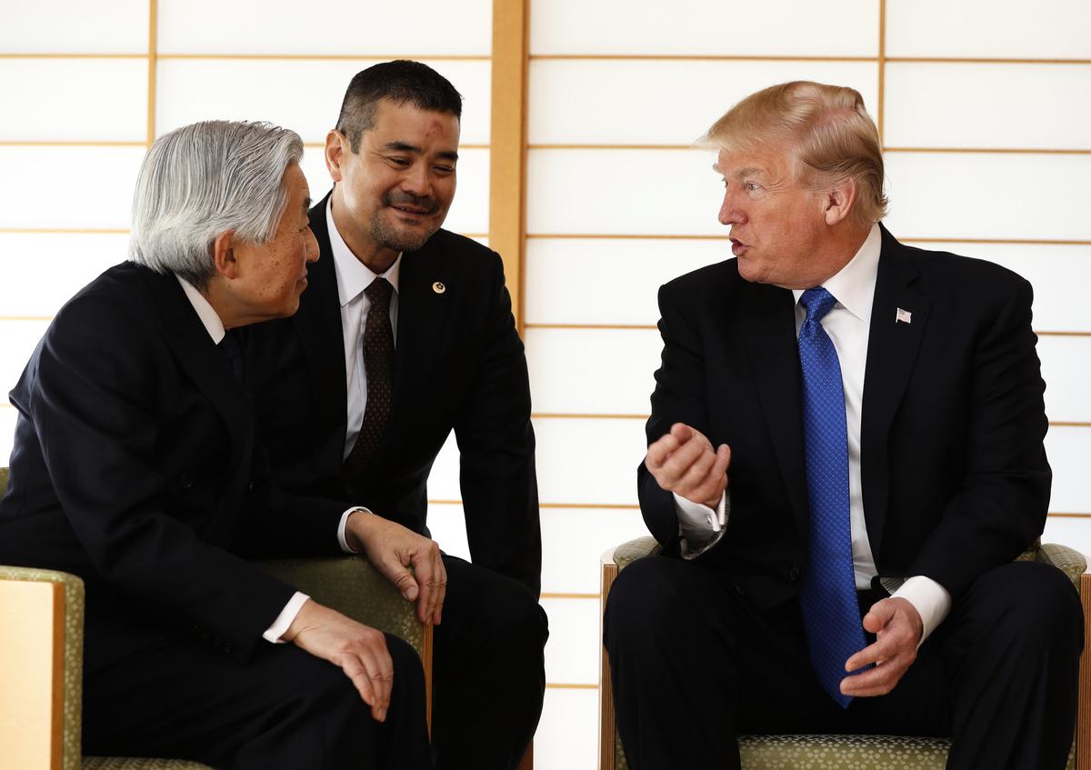 特朗普昨日與日皇明仁夫婦會面,在皇宮內透過翻譯對談。(Getty Images)