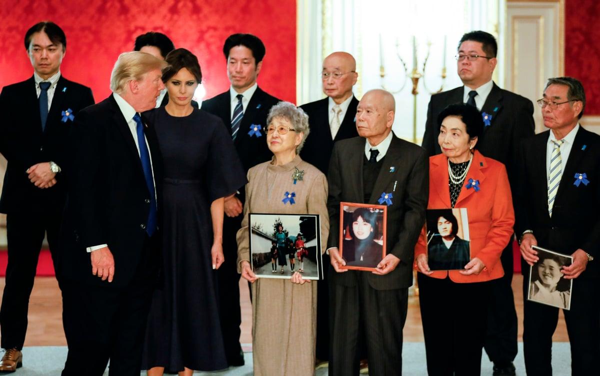 特朗普及安倍晉三與被北韓綁架日本人的家屬會面,承諾盡力拯救人質。(Getty Images)