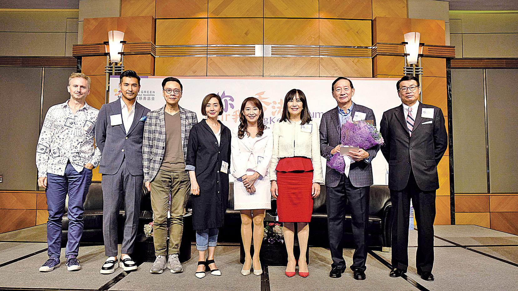 第四場「你我的香港Our Hong Kong Forum」講座結束,主席陳曦齡博士(右三)、副主席兼嘉賓主持陳美齡(右四)與嘉賓王冬勝(右二)、梁永祥(右一)、陳志雲(左三)、毛舜筠(左四)、陳展鵬(左二)及河國榮(左一)勉勵香港人積極面對工作起跌,試著享受自己的工作,做個快樂的「打工仔」。