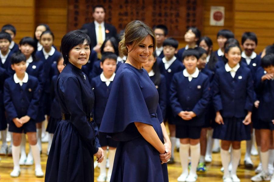梅拉尼婭與日本首相夫人安倍昭惠受到熱烈歡迎。(PING MA/AFP/Getty Images)