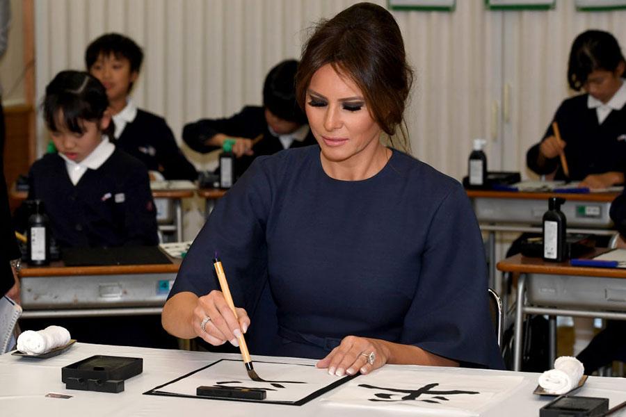 梅拉尼婭在認真臨摹書法。(TOSHIFUMI KITAMURA/AFP/Getty Images)