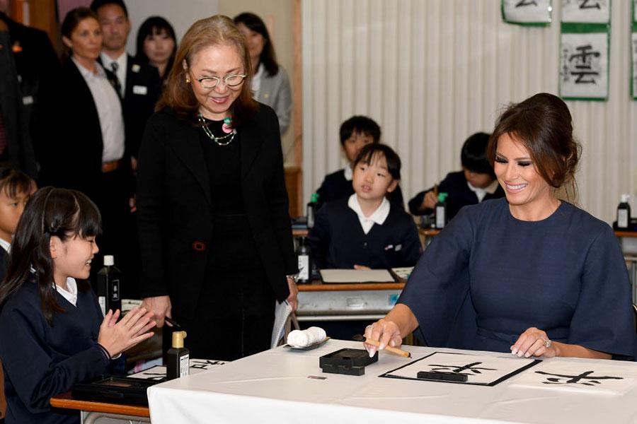 梅拉尼婭寫下漢字後,小朋友們鼓掌。(TOSHIFUMI KITAMURA/AFP/Getty Images)