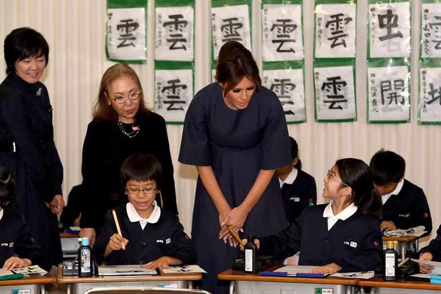 梅拉尼婭與孩子們交談。(TOSHIFUMI KITAMURA/AFP/Getty Images)
