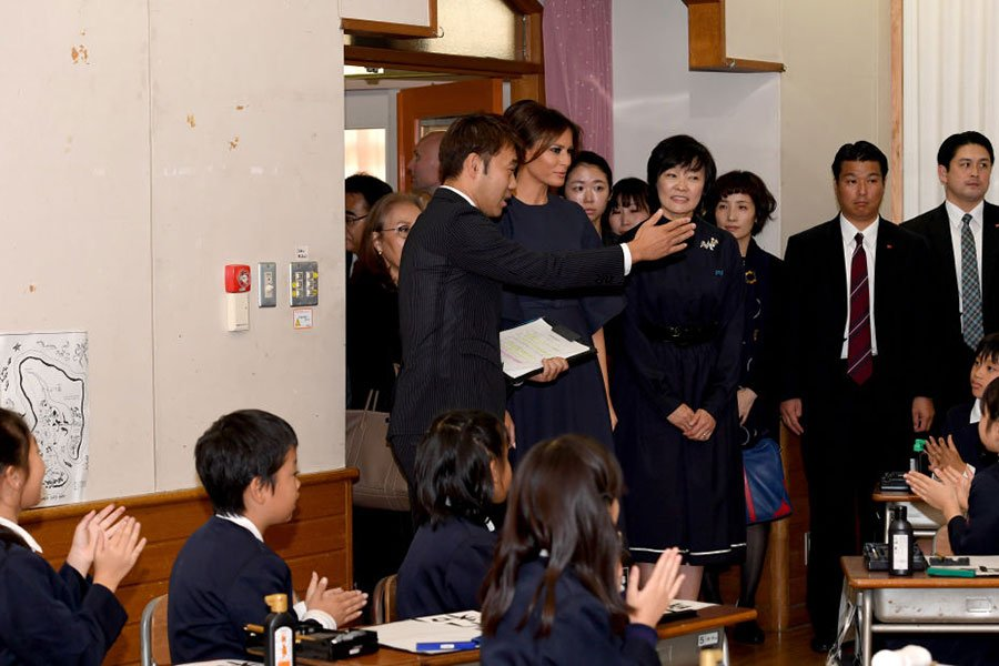 第一夫人們聽老師介紹。(TOSHIFUMI KITAMURA/AFP/Getty Images)