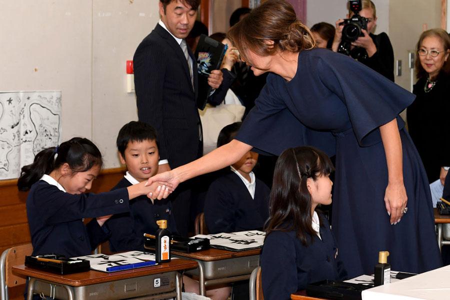 梅拉妮亞與同學握手。(TOSHIFUMI KITAMURA/AFP/Getty Images)