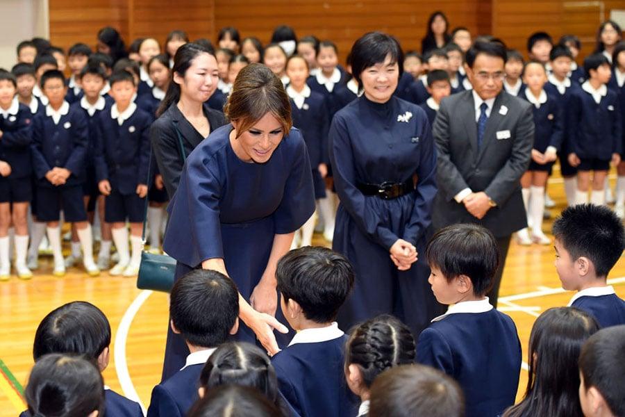 11月6日,梅拉尼婭與孩子們握手。(PING MA/AFP/Getty Images)