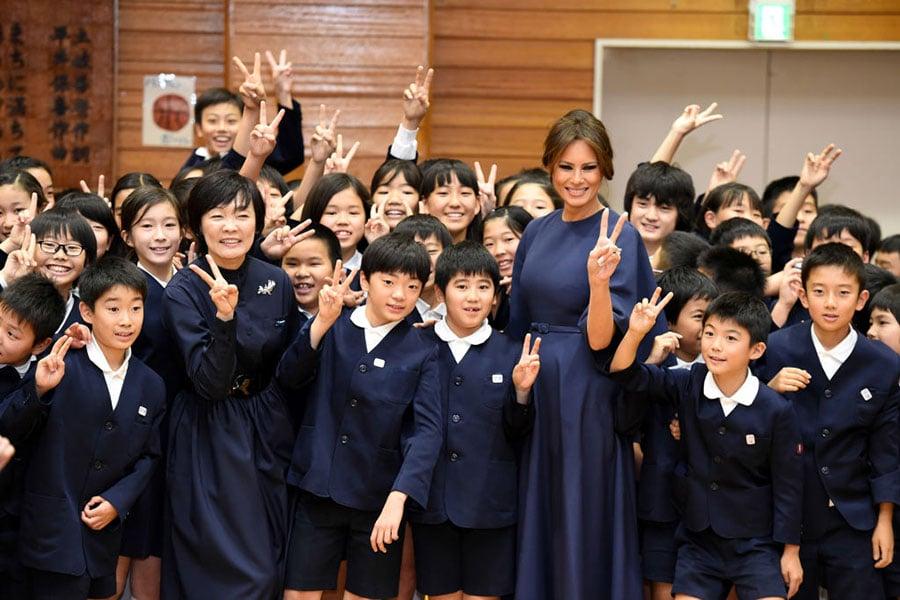 梅拉尼婭與安倍昭惠受到熱烈歡迎。(PING MA/AFP/Getty Images)