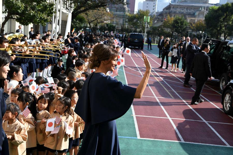 11月6日,梅拉尼婭與日本首相夫人安倍昭惠受到熱烈歡迎。(PING MA/AFP/Getty Images)