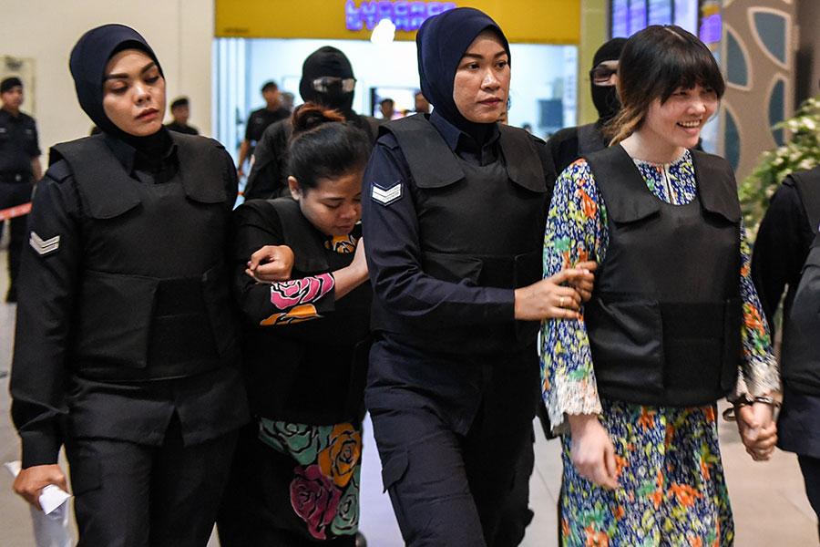 印尼女子席蒂艾沙(Siti Aisyah)、越南女子段氏香(Doan Thi Huong),連同四名在逃男子被指控於2月13日在吉隆坡機場使用被禁的VX神經毒劑謀殺北韓領導人金正恩同父異母的哥哥金正男。(MOHD RASFAN/AFP/Getty Images)