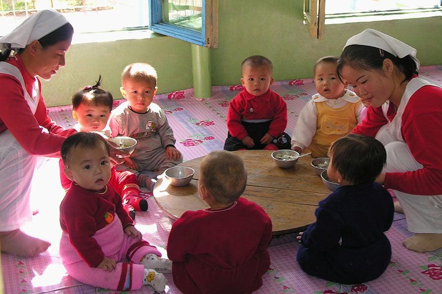 圖為接受國際糧食援助的北韓兒童。(Gerald Bourke/WFP via Getty Images)