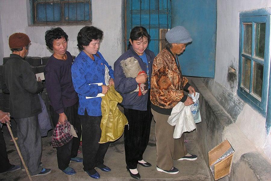 排隊領取配給粟米的北韓婦人。(Gerald Bourke/WFP via Getty Images)