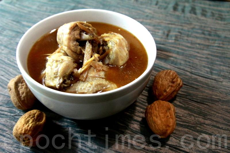 麻油雞,普遍的立冬補冬家庭料理。(賴友容/大紀元)