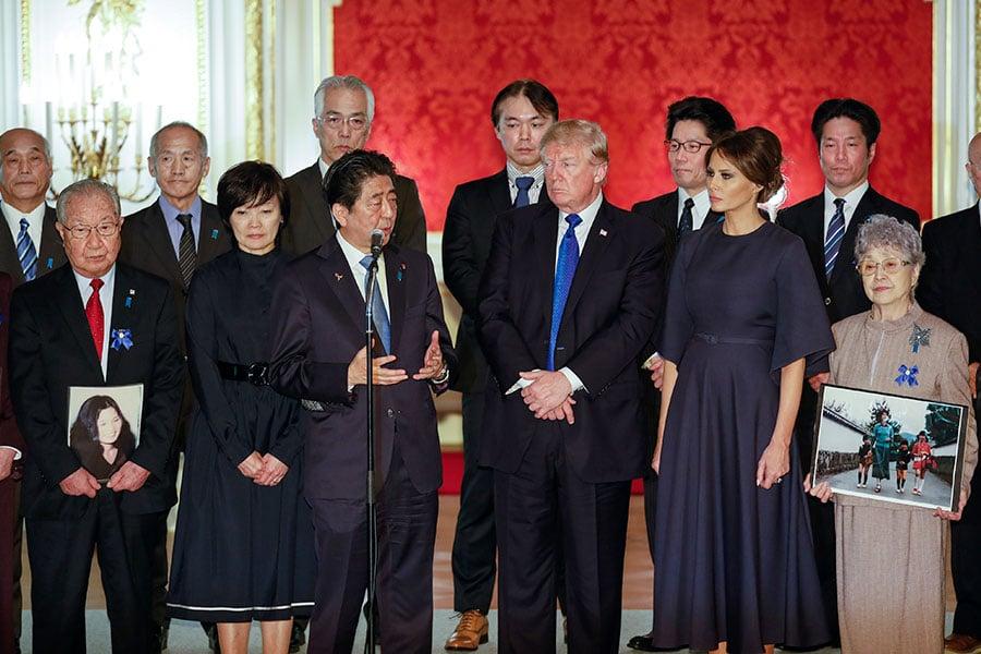 特朗普和第一夫人梅拉尼婭6日在東京會見被北韓綁架的日本受害者家屬。(KIMIMASA MAYAMA/AFP/Getty Images)