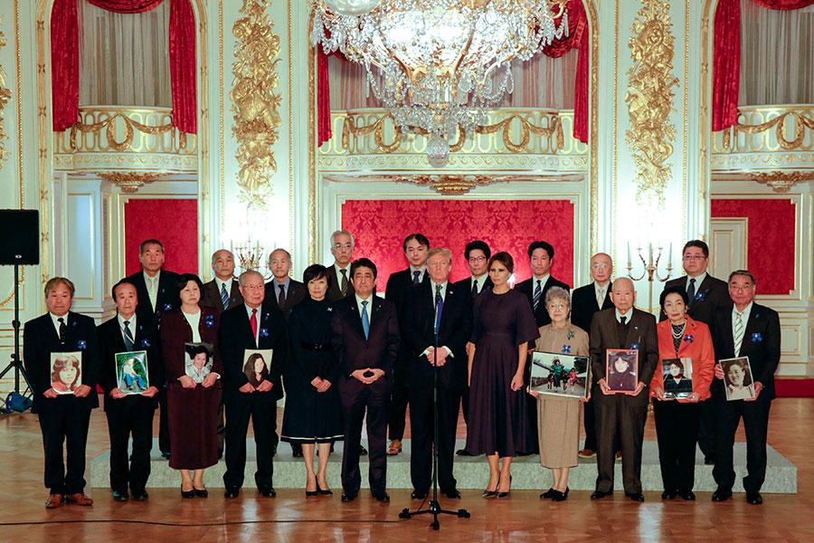 特朗普總統和第一夫人梅拉尼婭去年訪問日本期間與被北韓綁架的日本人的家屬會面。(KIMIMASA MAYAMA/AFP/Getty Images)