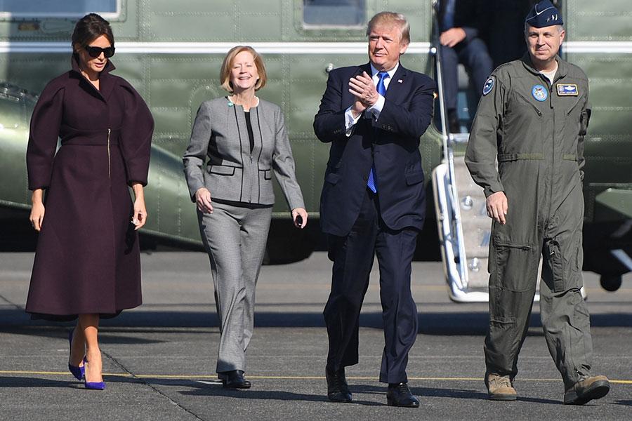 11月6日,特朗普和第一夫人離開日本,搭乘空軍一號前往南韓。(AFP PHOTO / JIM WATSON)