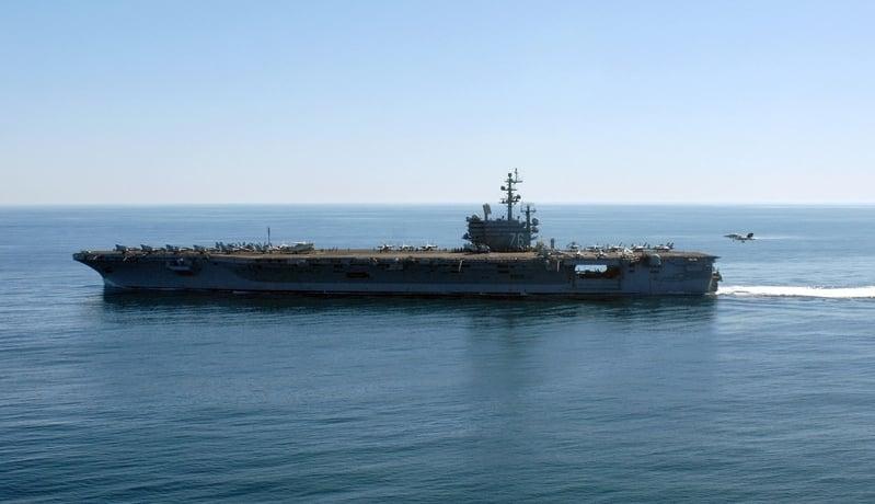 甲板上站著水兵和海軍基地陸戰隊員的美國航空母艦「羅納德・列根號」(USS Ronald Reagan)駛在珍珠港(Pearl Harbor)。(美國國防部圖片)