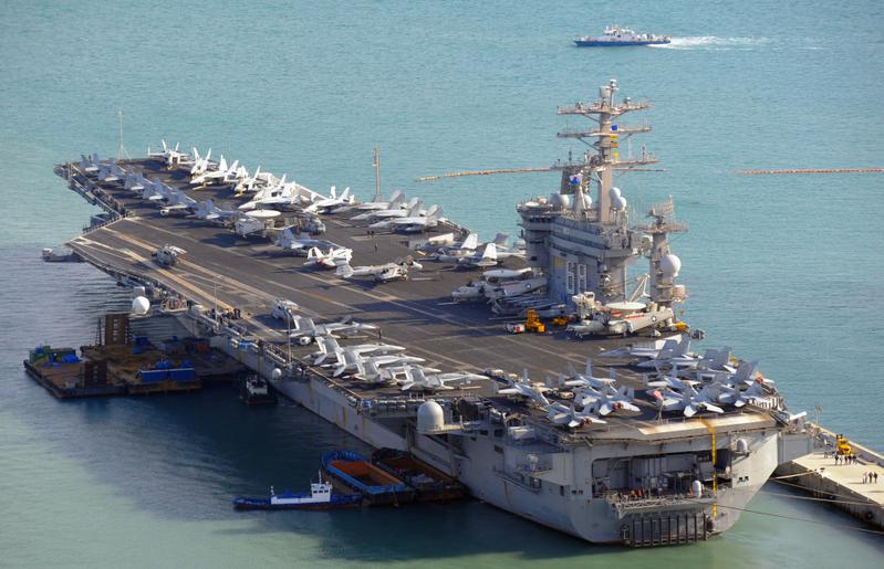 圖為美國「尼米茲」號核動力航母艦隊停靠在南韓釜山港口。(KIM JAE-HWAN/AFP)