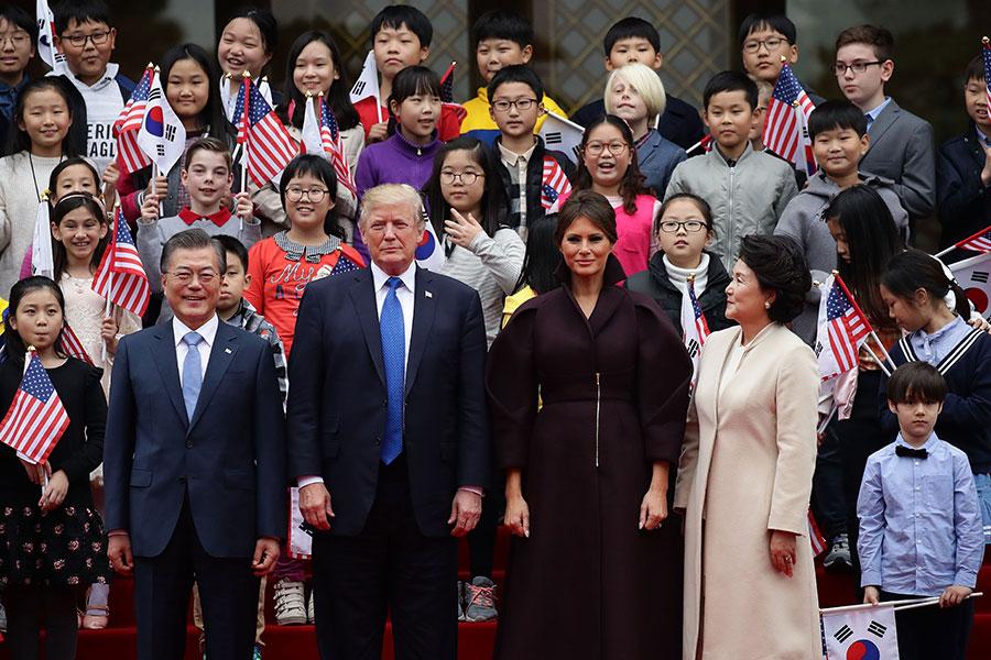 兩國領導人相互問候並與韓美兒童歡迎團合照留念。(Chung Sung-Jun/Getty Images)