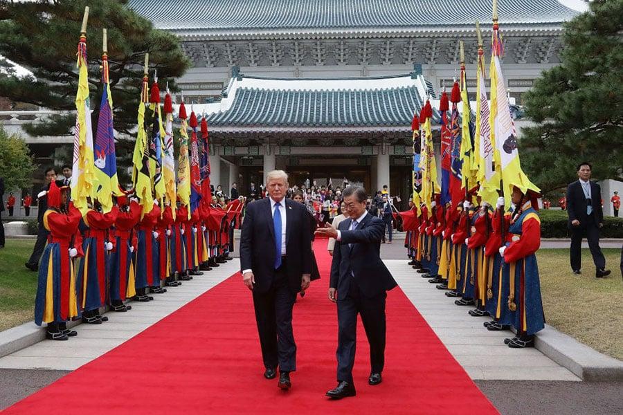 美國總統特朗普11月7日下午抵達南韓總統府青瓦台,南韓總統文在寅為特朗普夫婦舉辦歡迎儀式。(Chung Sung-Jun/Getty Images)