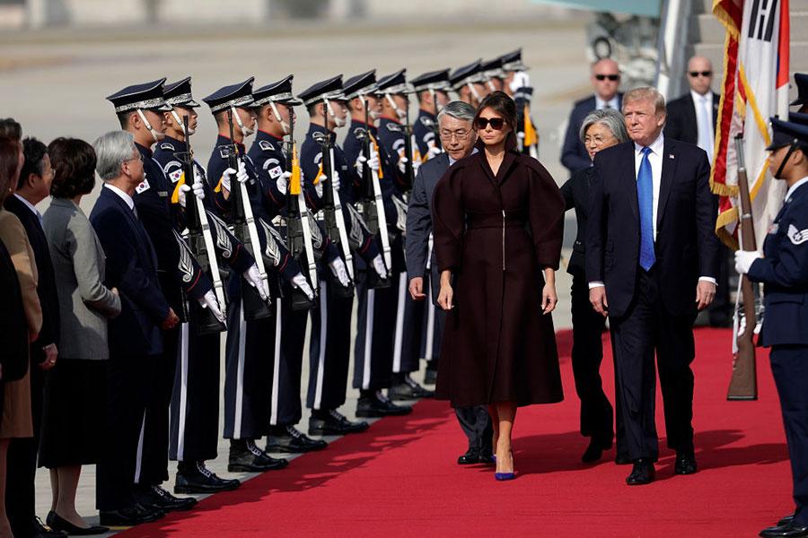 美國總統特朗普11月7日中午抵達南韓京畿道美軍烏山基地,展開對南韓24小時的國是訪問。(Woohae Cho/Getty Images)