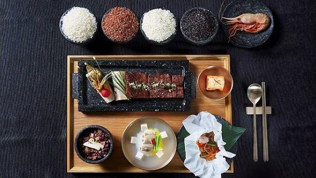 青瓦台發佈了11月7日南韓款待總統夫婦的南韓大餐菜單。其中包括比美國歷史還多出一百多年的醬油和在爭議海域捕撈的大蝦。(AFP)