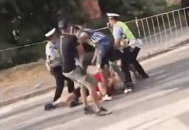 一名中國車手將穿紅衣的瑞士隊人員,打倒躺地。(視像擷圖)