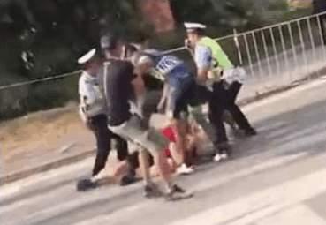 中國車手疑被絆倒 拳毆客隊人員片段曝光