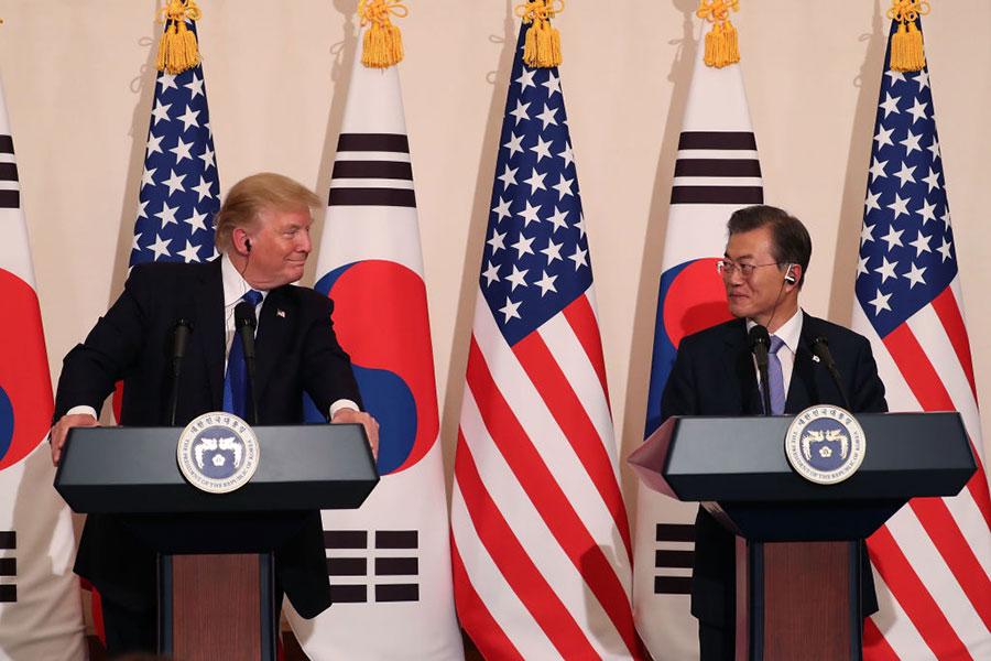 周二(11月7日)下午,特朗普在首爾與南韓總統文在寅舉行了會晤後,召開聯合記者會。(Chung Sung-Jun/Getty Images)