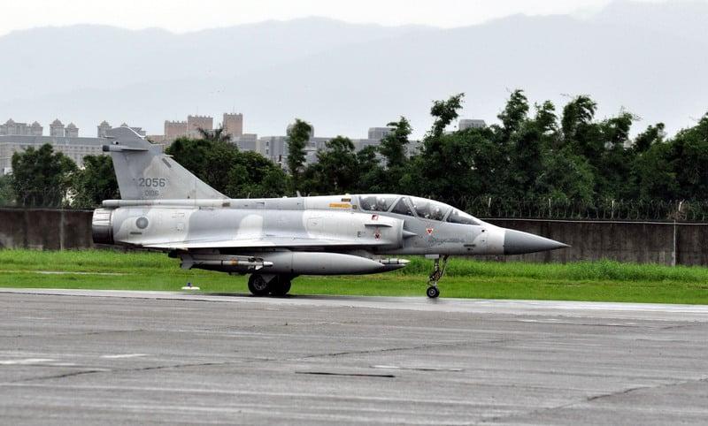 空軍司令部政戰主任張延廷7日表示,一架機號為2040的幻象2000戰機晚間執行任務時,約6時30分在新竹外海從雷達光點上消失,目前空軍已派出S-70C直昇機搜索中。圖為同型幻象2000戰機。(中央社檔案照片)